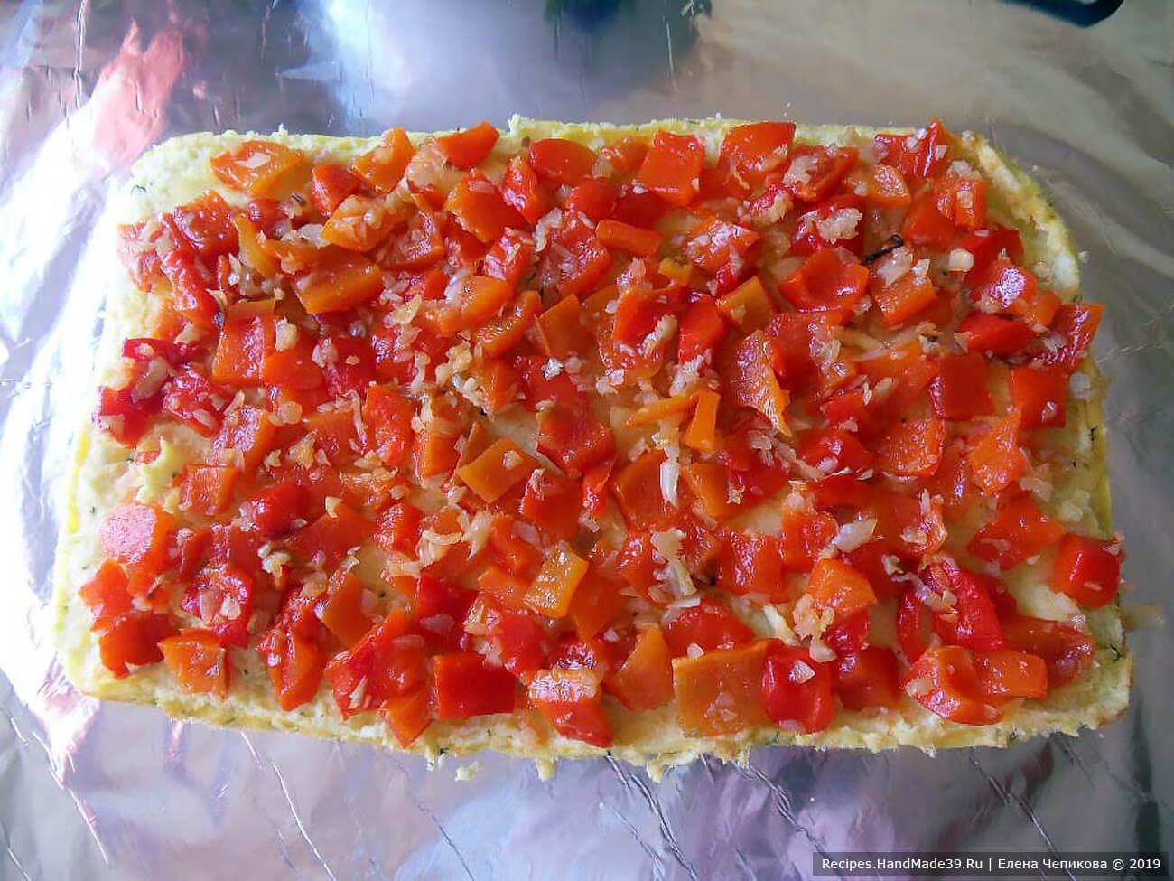 Выложить омлет на плоскую поверхность, на омлет выложить перцово-луковую смесь