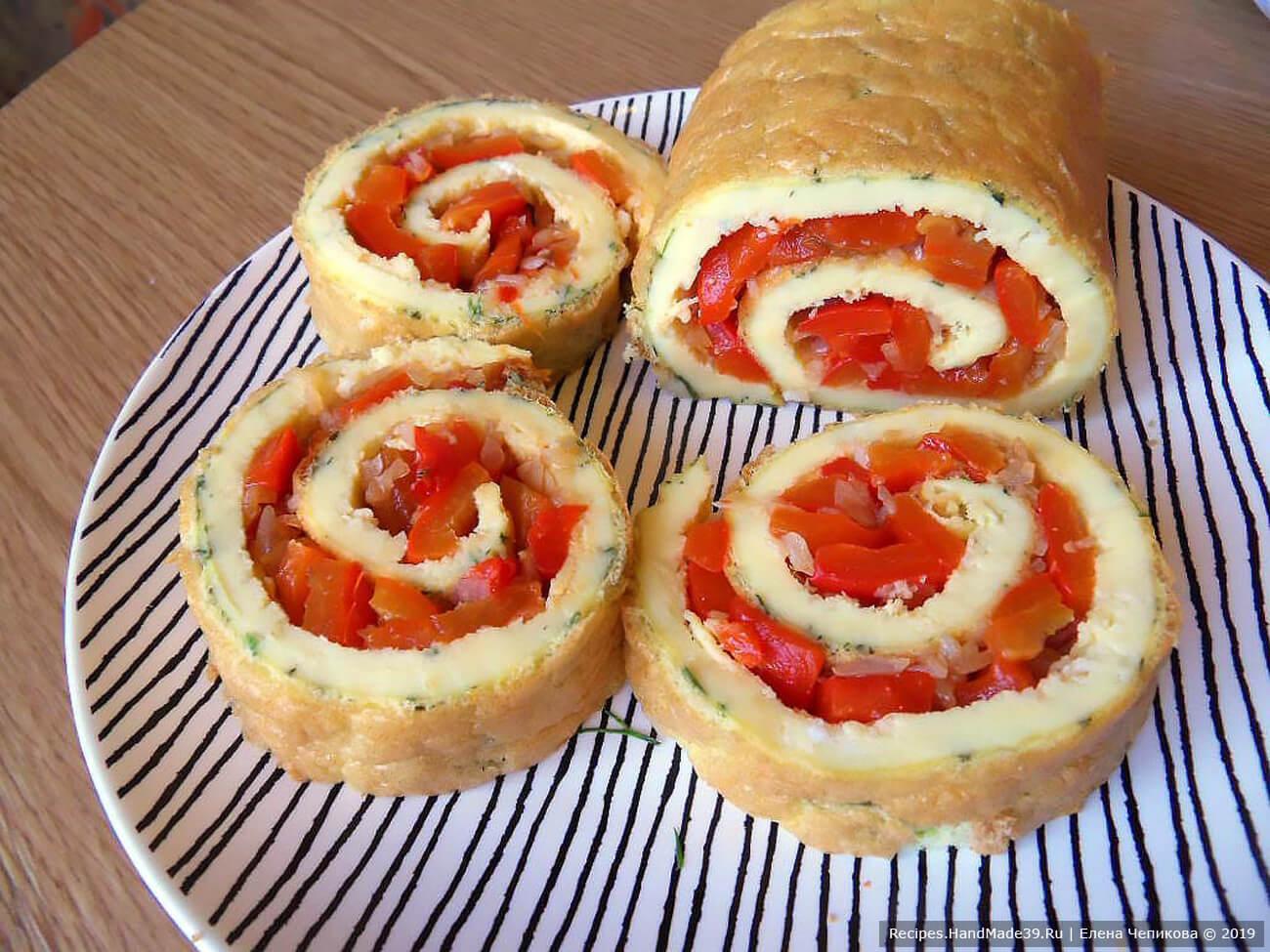 Омлет нарезать ломтиками. Яичный рулет с запечённым болгарским перцем можно подавать как в горячем, так и в холодном виде. Приятного аппетита!