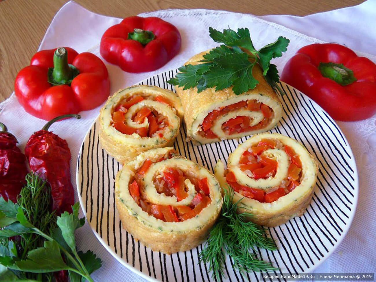 Яичный рулет с запечённым болгарским перцем