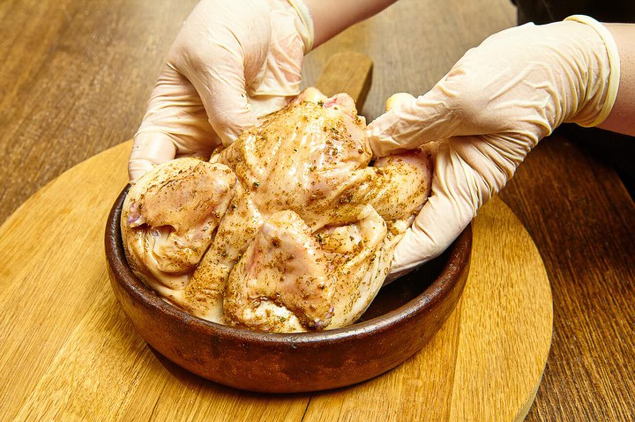 Выложить цыпленка в сковороду спинкой вверх