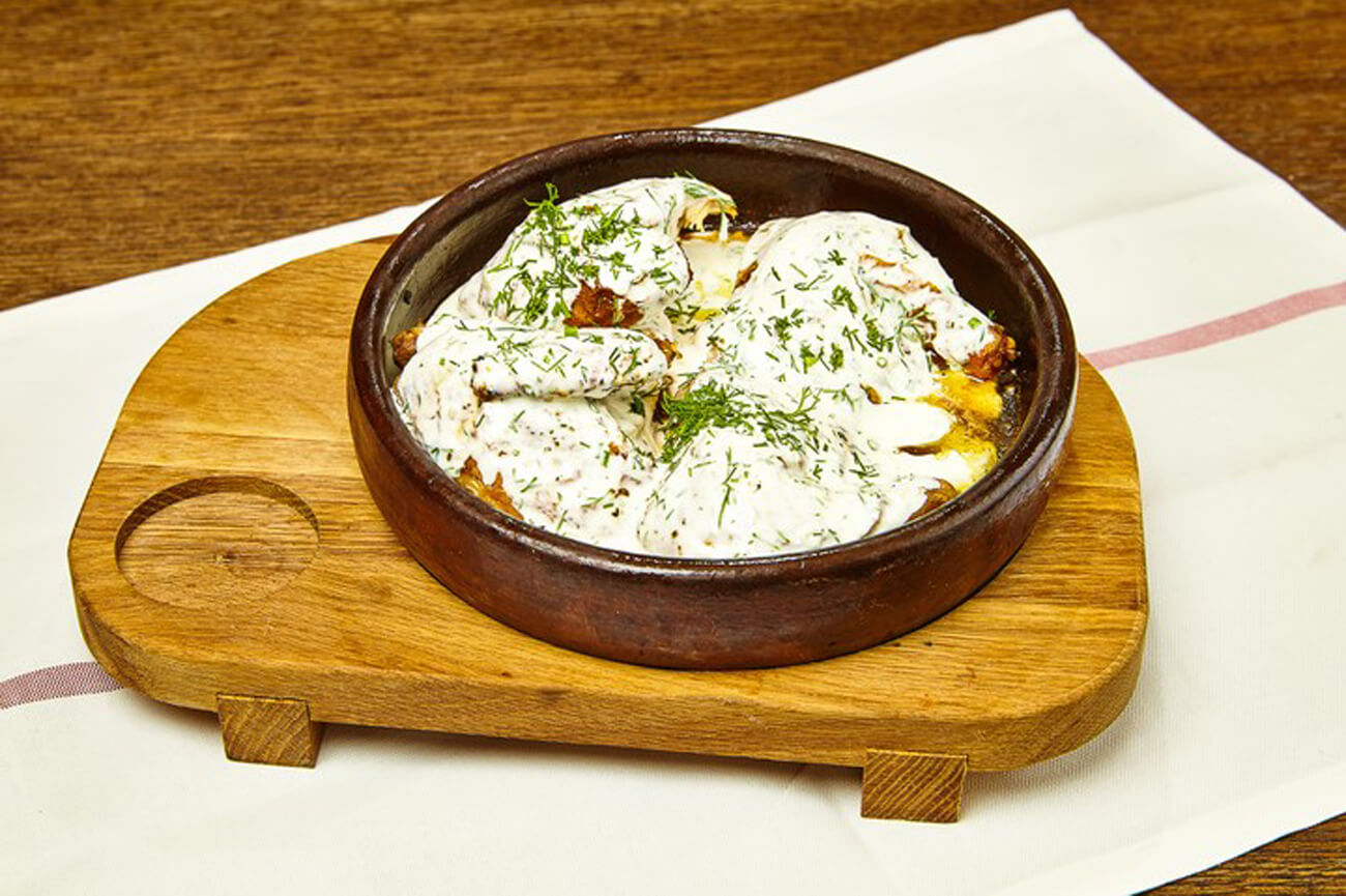 Цыпленок по-чкмерски готов! В ресторане блюдо подают прямо в кеци – небольшой глиняной сковороде. Приятного аппетита!