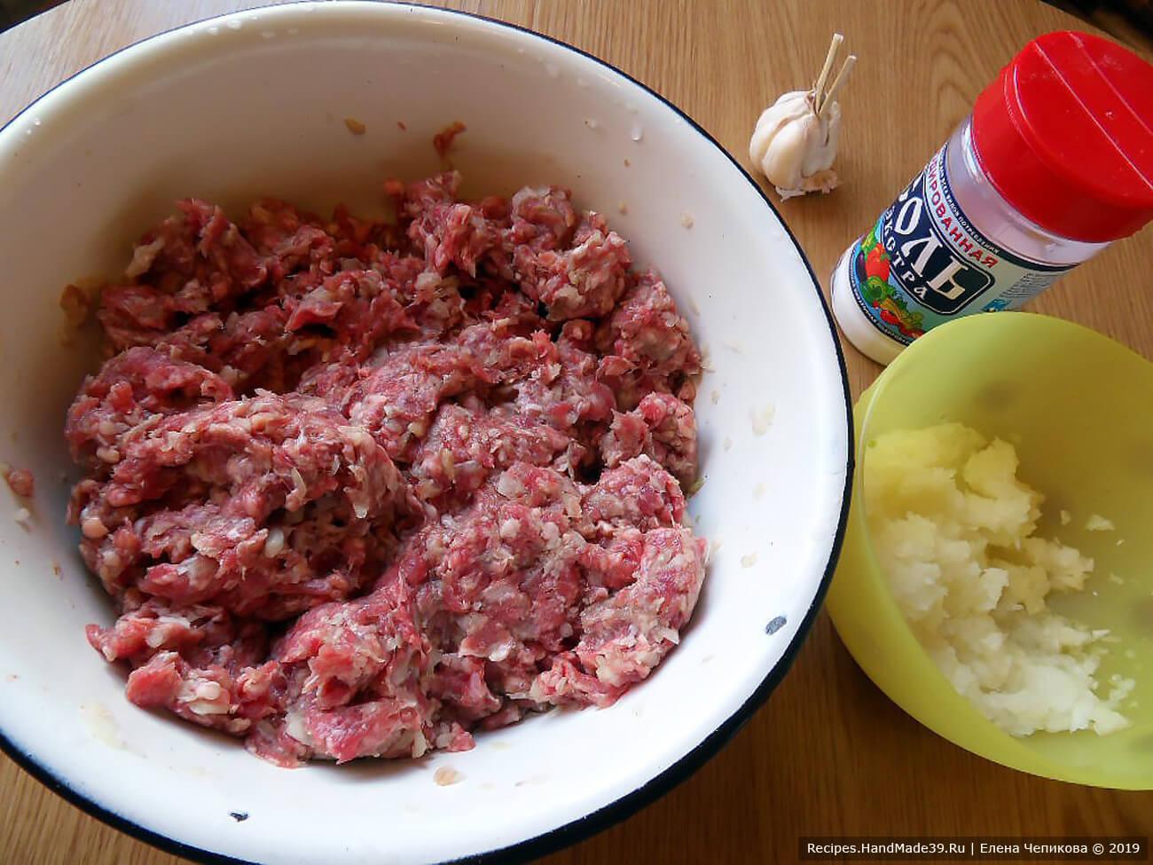Мясной фарш соединить с одной частью лука, посолить, добавить специи, по желанию – измельчённый чеснок. Хорошо вымешать