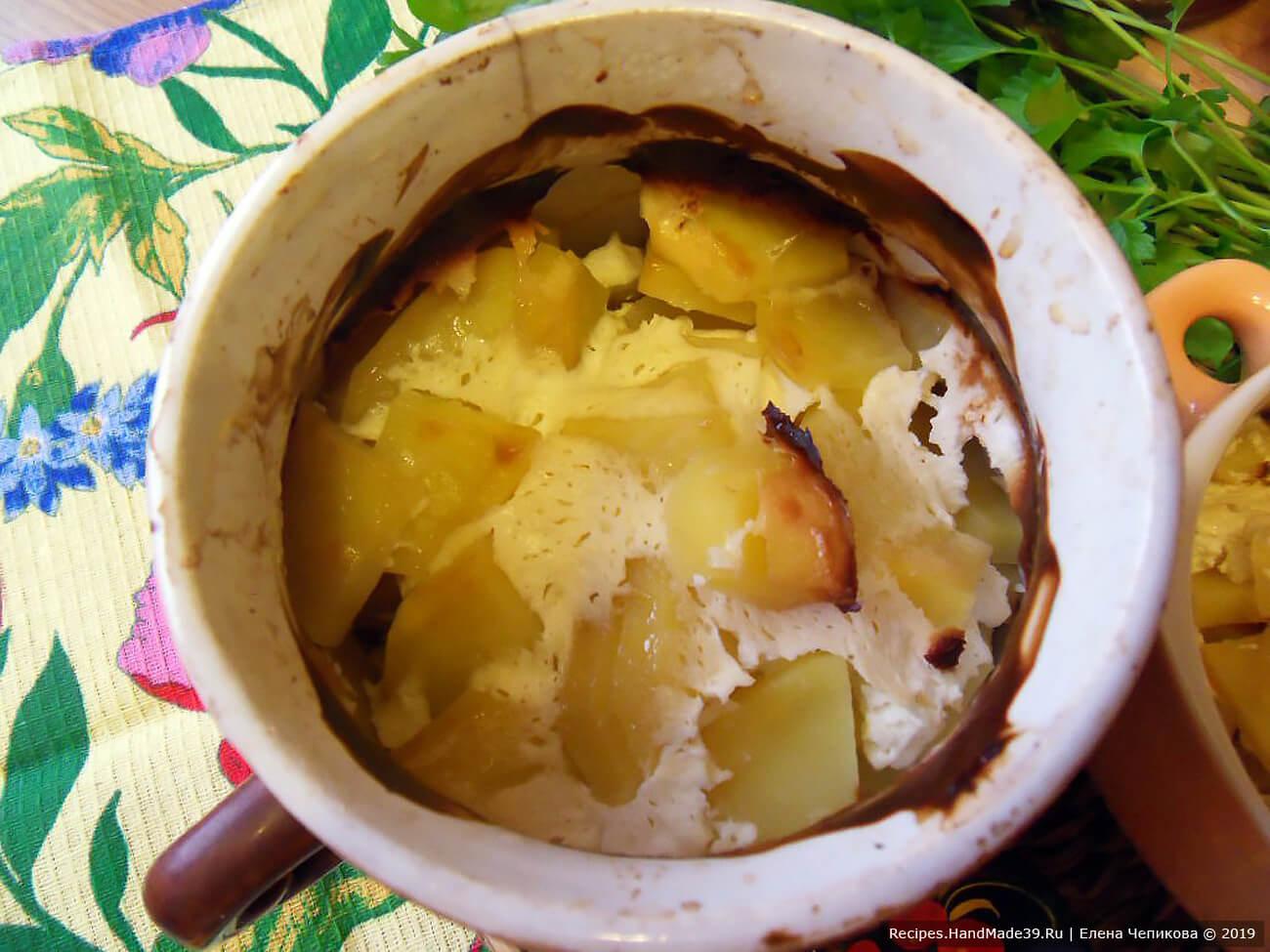 Горшочки закрыть крышками и запечь в духовке в течение 30-40 минут при температуре 200 °C. Приятного аппетита!