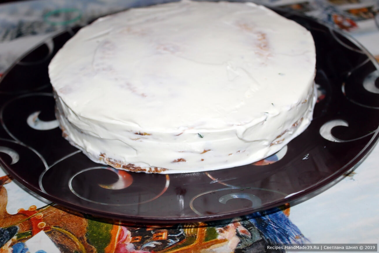 Верх и бока тортика можно обмазать домашней сметаной или мягким творогом