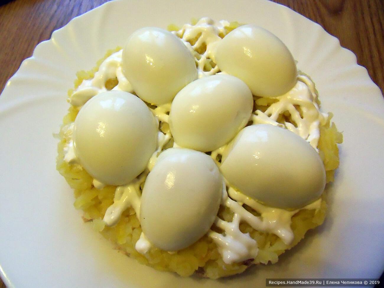 Выложить на картофельный слой фаршированные яйца начинкой вниз. Не стремитесь к симметрии – в природе сугробы располагаются хаотично