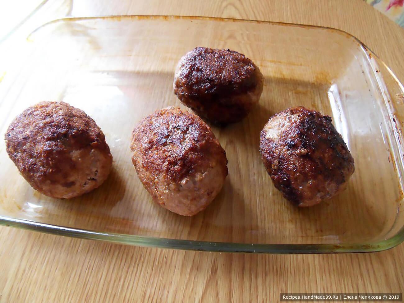 Выложить обжаренные яйца в форму, смазанную маслом, накрыть крышкой и довести до готовности в духовке при температуре 200 °C