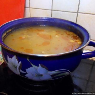 Нарезанный картофель добавить в кастрюлю. Варить ещё 30 минут после закипания