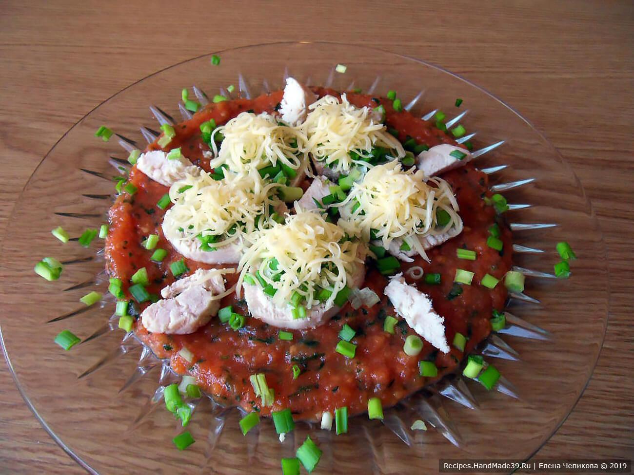 Шведский салат с курицей и сыром на томатной подушке готов! Приятного аппетита!