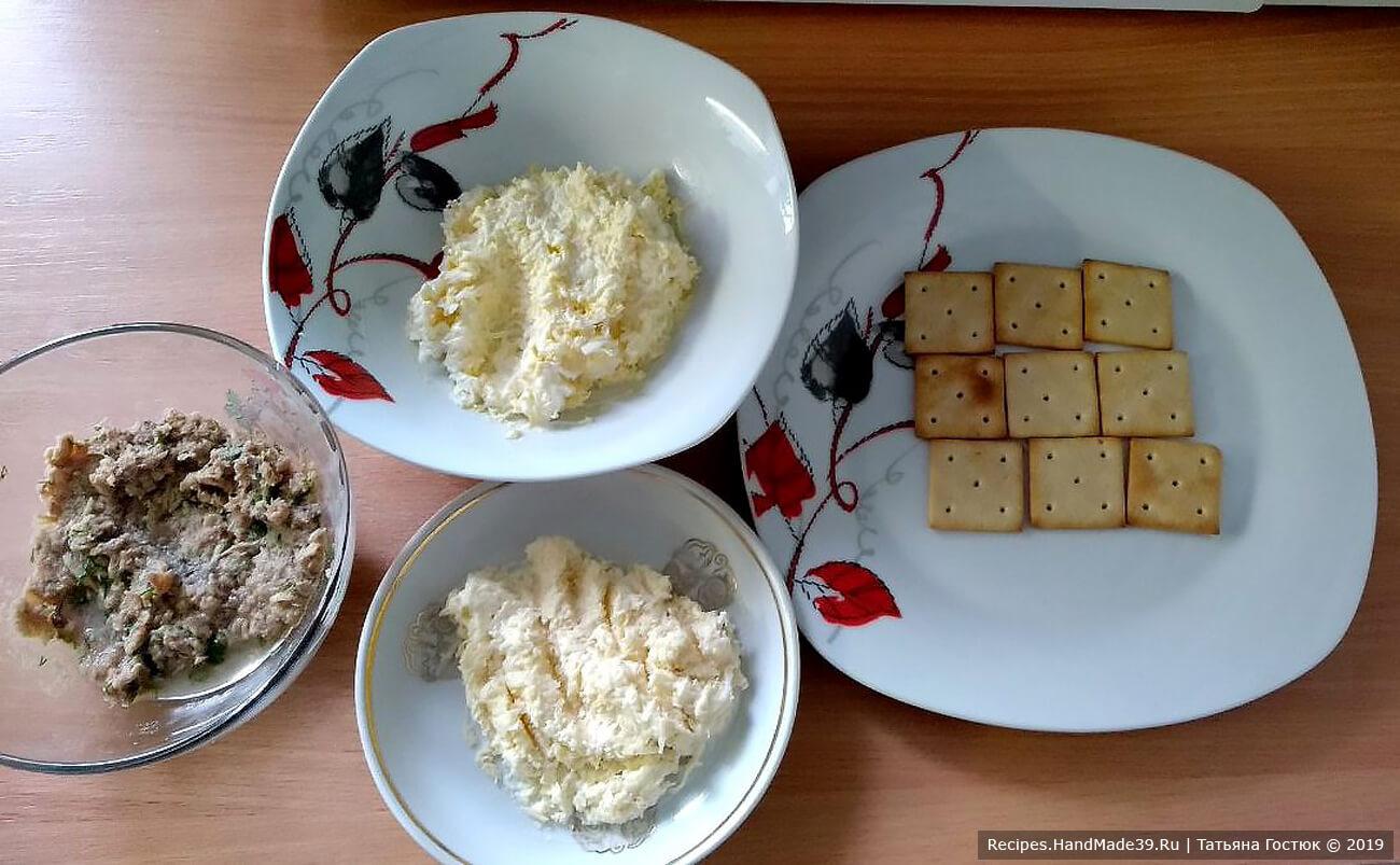 Твёрдый сыр точно так же натираем на тёрке, добавляем к нему немного майонеза, перемешиваем. Все компоненты слоев нашего торта-закуски готовы, можно приступать к «сборке»
