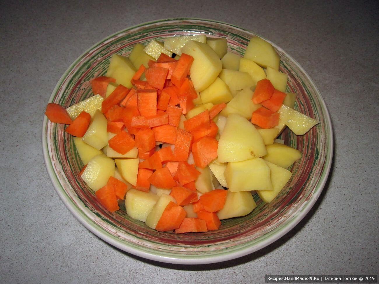 Картофель и морковь чистим, картофель нарезаем кубиками, морковь – мелкими кусочками