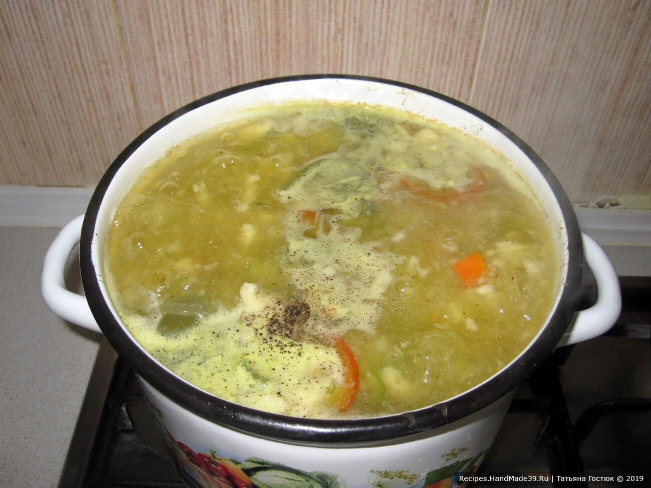 Добавляем мелко покрошенный перец (я использовала замороженный), варим ещё минут 10, затем добавляем по вкусу соль, перец, зелень, накрываем крышкой и даём затирушке настояться