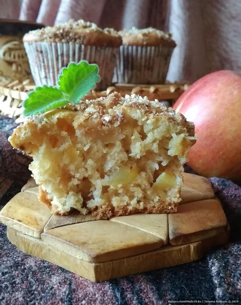 Выпекать кексы около 20 минут в духовке, разогретой до температуры 180 °C. Яблочные маффины на кефире готовы! Приятного аппетита!