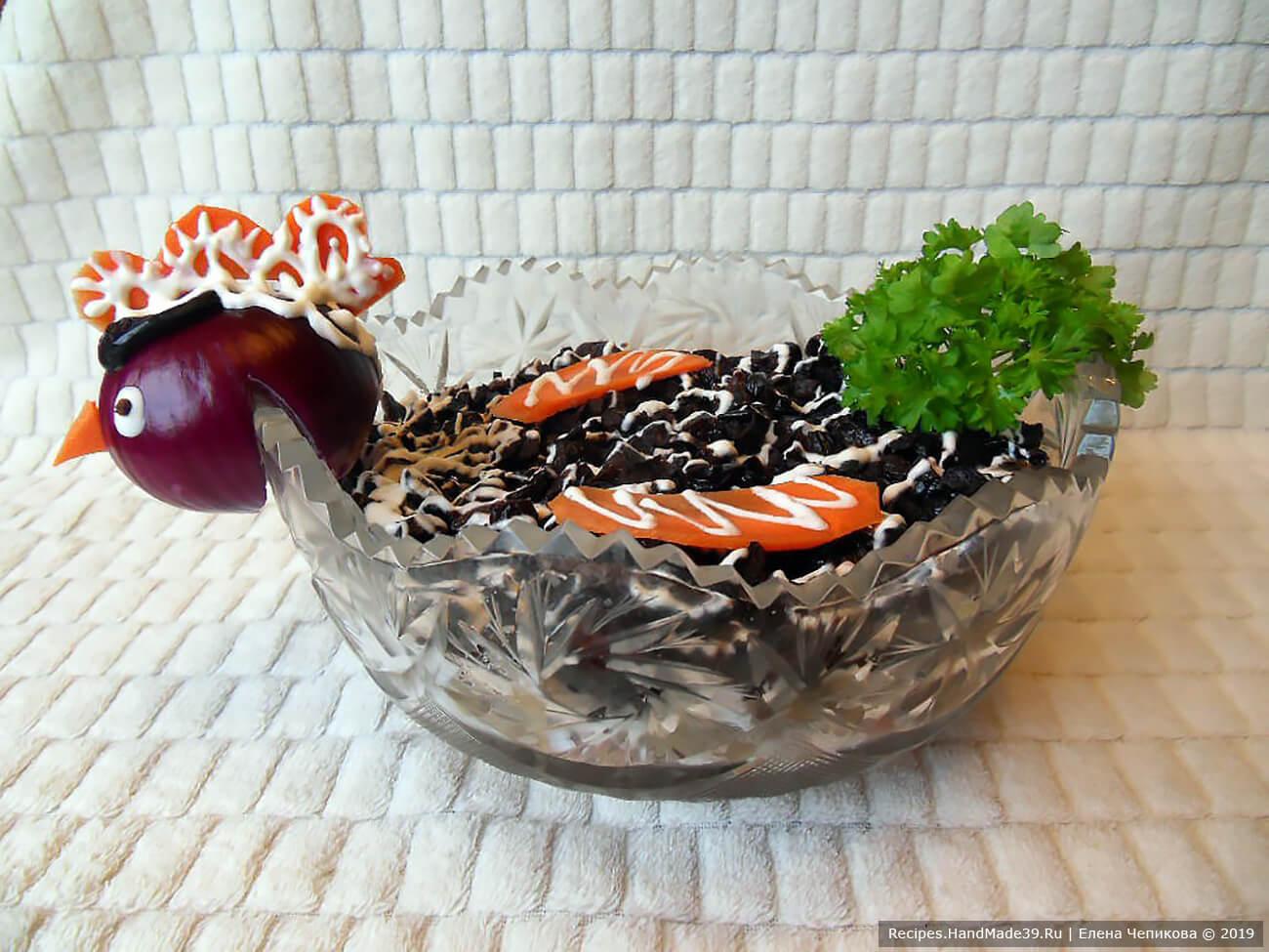 Салат «Чёрная курица» с грибами и черносливом готов, приятного аппетита!