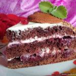 Шоколадный бисквитный торт с вишней