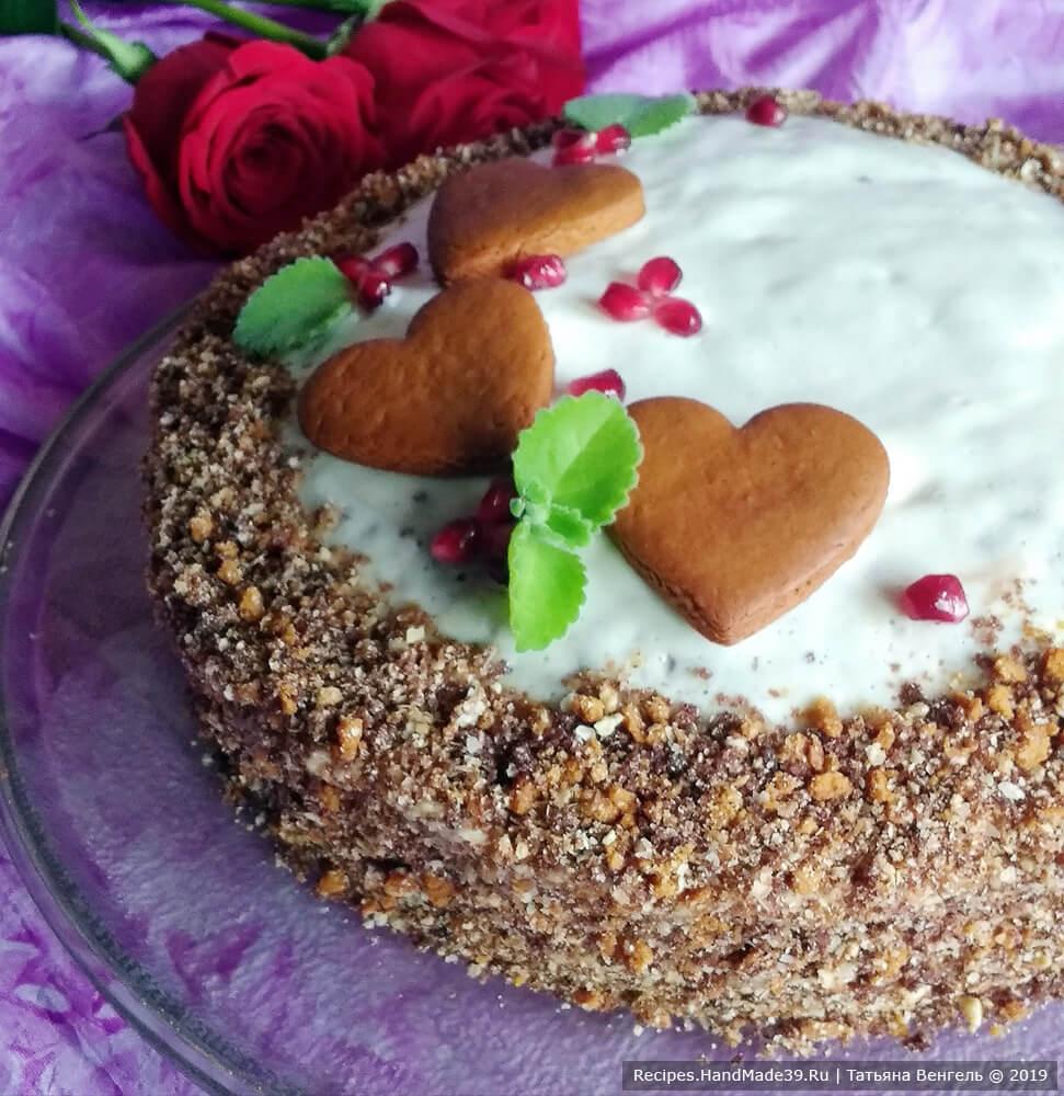 Поставить торт для пропитки на пару часов в холодильник. Можно украсить торт «Вишня в шоколаде» по своему желанию. Приятного аппетита!