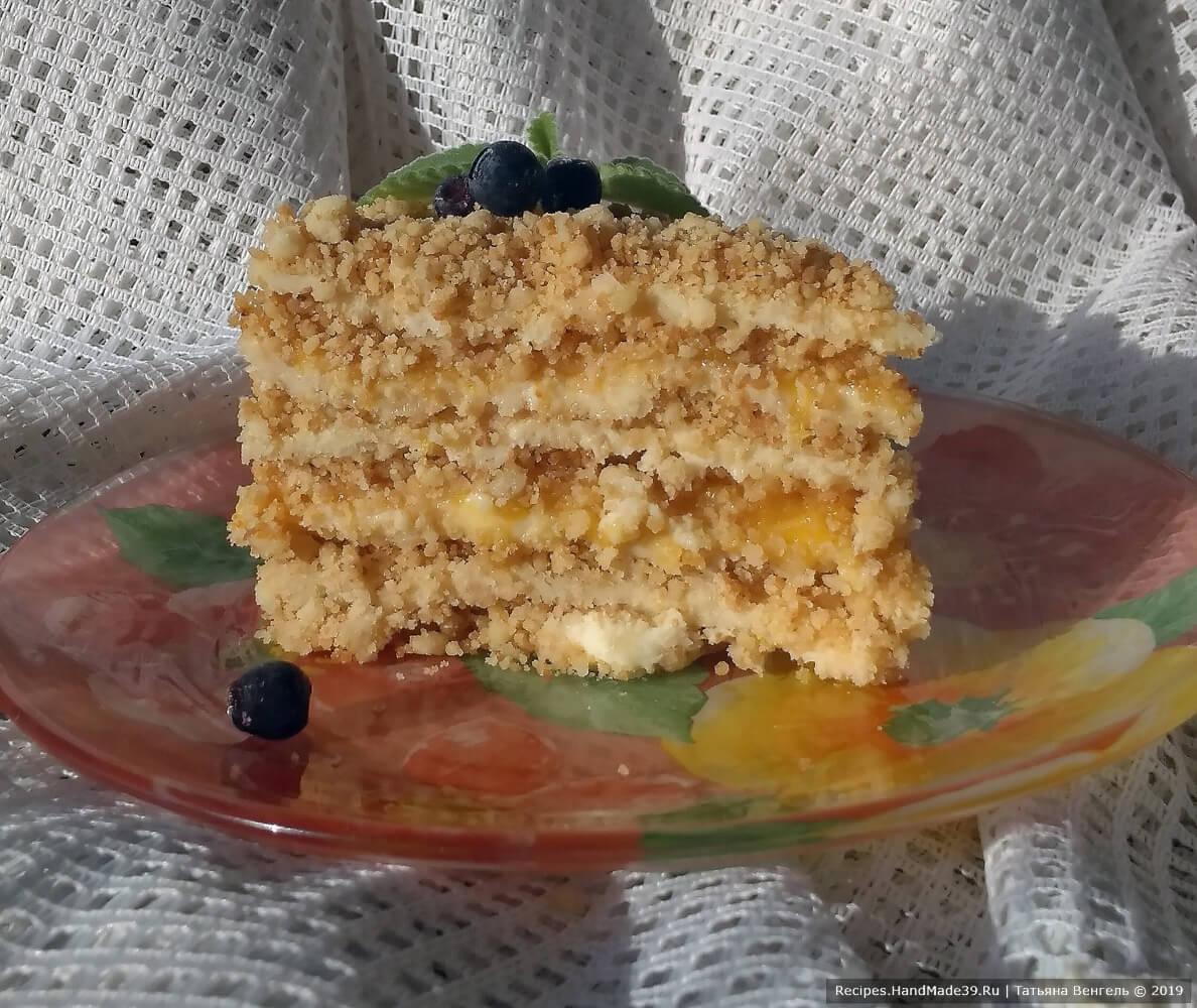 Готовый торт оставить на столе на час, затем убрать в холодильник для стабилизации крема. Можно готовить без конфитюра