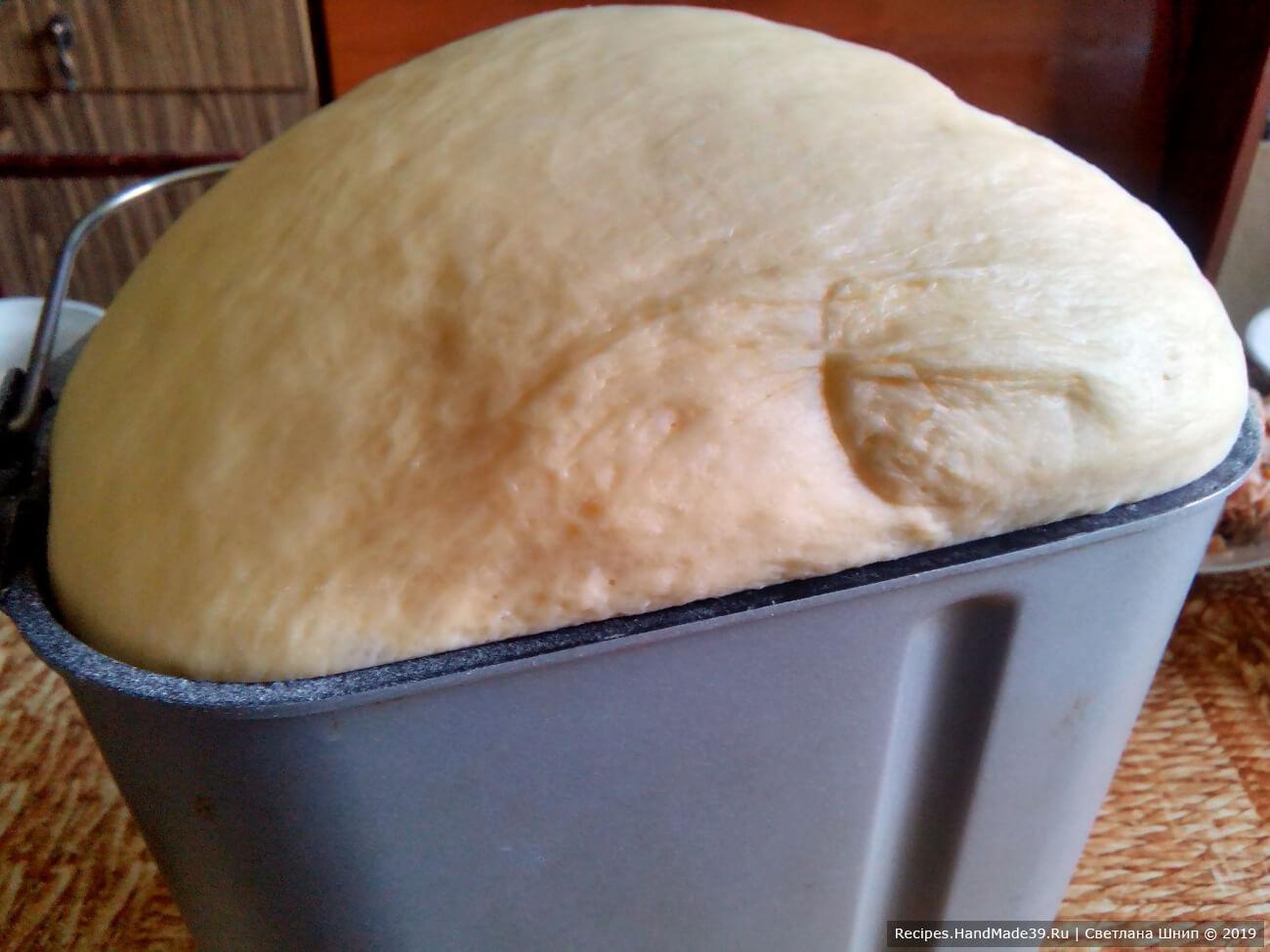 Из перечисленных продуктов в хлебопечке приготовить тесто. Засыпать сначала жидкие продукты, потом сухие