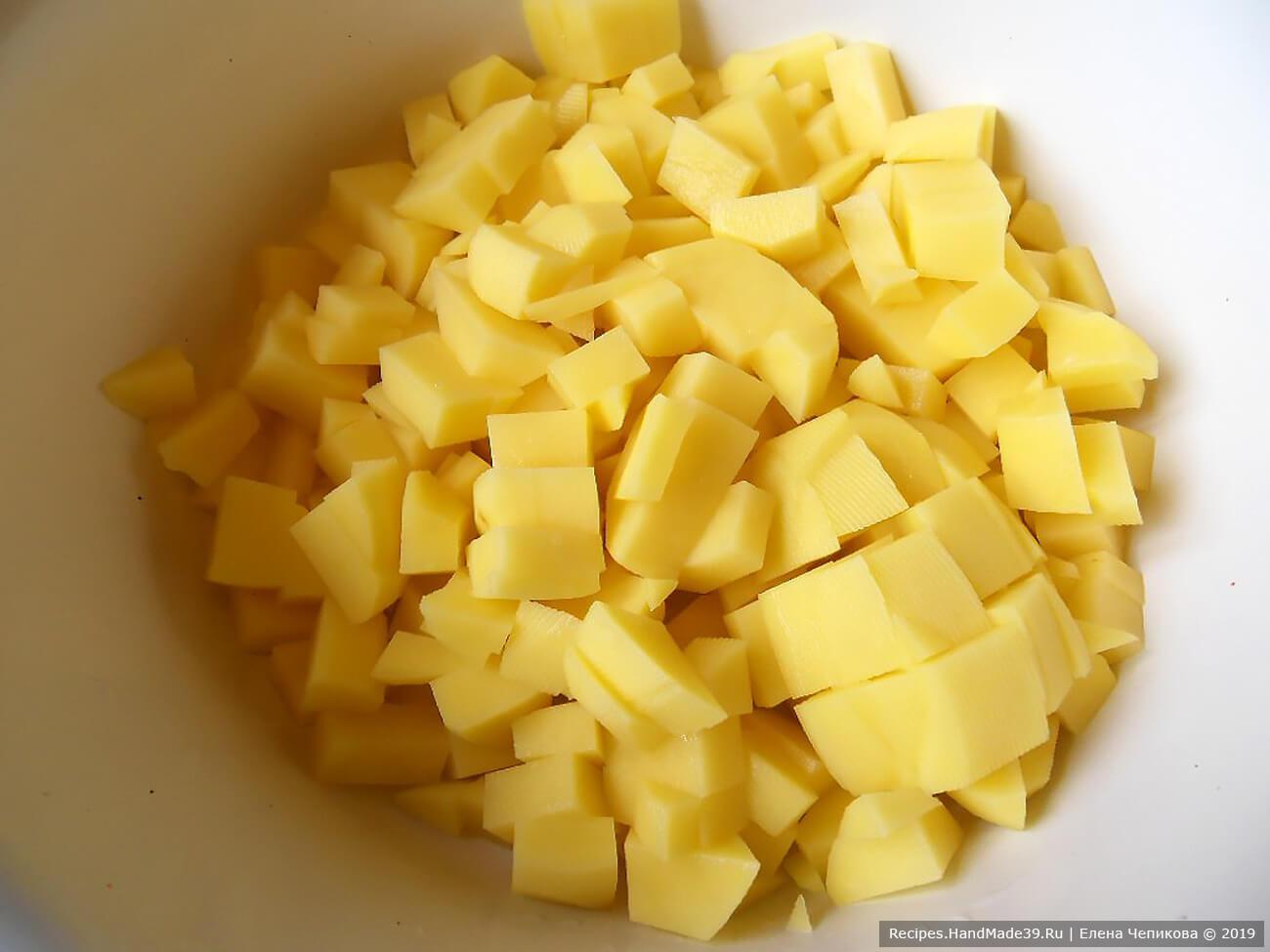 Картофель вымыть, очистить. Нарезать мелкими кубиками