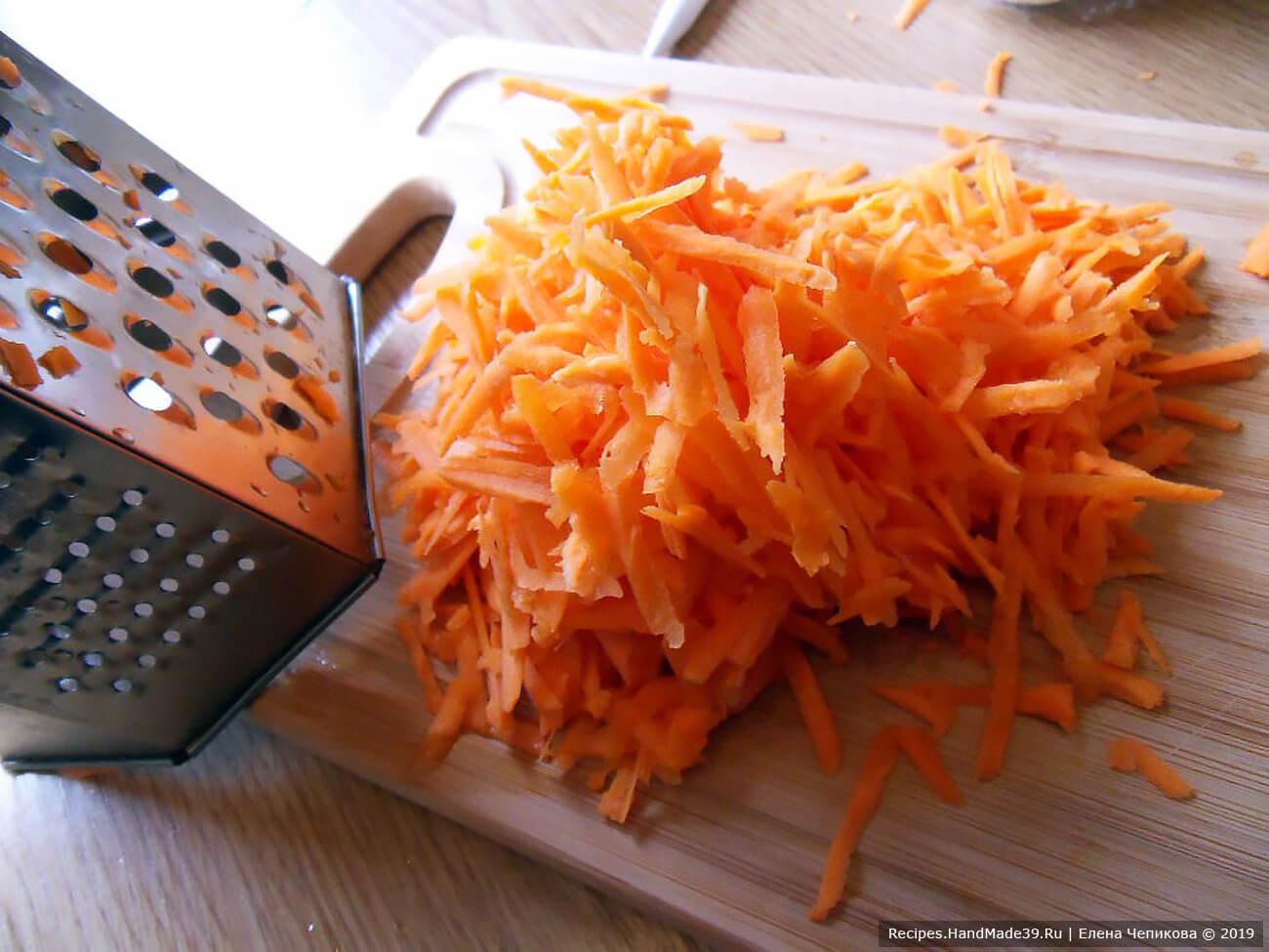 Морковь и лук вымыть, очистить, натереть на крупной тёрке