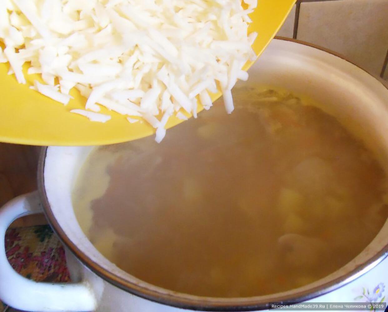 Плавленый сыр натереть на тёрке. Добавить в суп в конце приготовления и дождаться полного расплавления сыра при постоянном помешивании