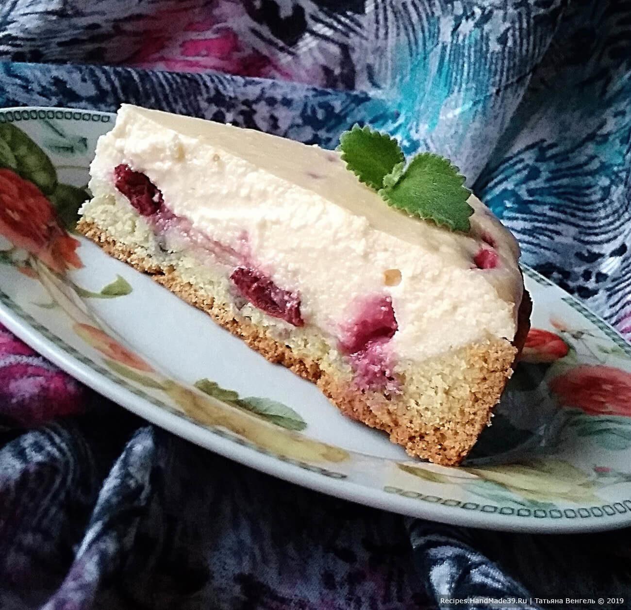 Песочный пирог с творожной начинкой и вишней