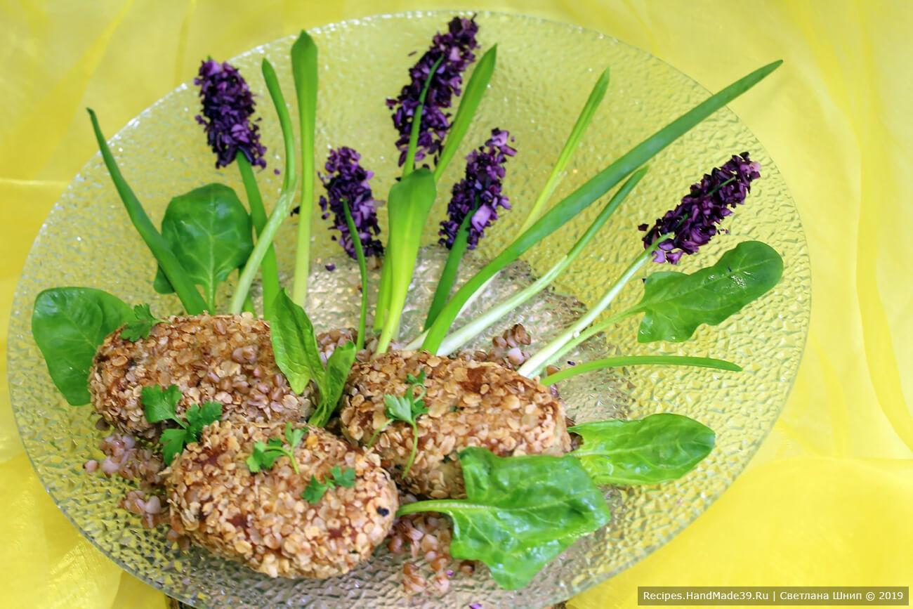 Подавать рыбные котлеты можно с овощами. Приятного аппетита!