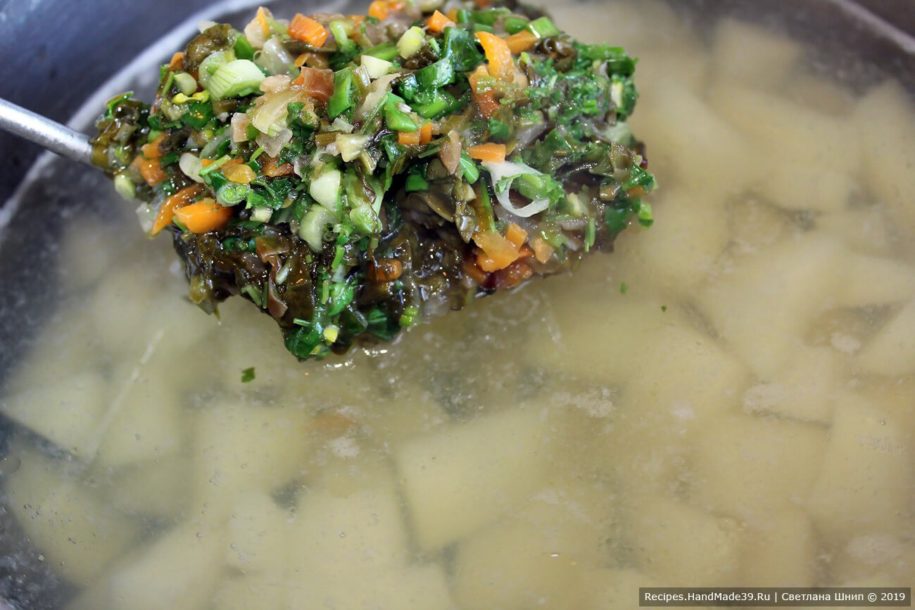 Когда картофель станет мягким, добавить зелень, щавель, зажарку. Немного проварить на маленьком огне