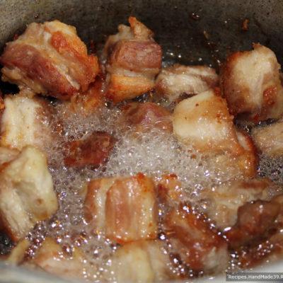 В кастрюле с толстым дном поджарить мясо