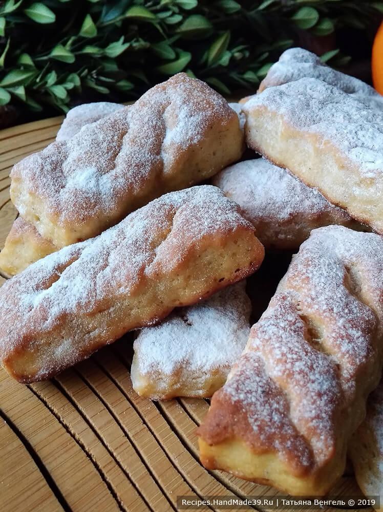 Готовое печенье обильно посыпать пудрой, так как оно получается в меру сладкое. Приятного аппетита!