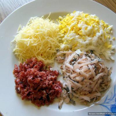 Подготовить начинки для блинов, их может быть несколько: сладкие, солёные – на ваш вкус. Я натёрла на тёрке сыр, колбасу варёную, колбасу копчёную, варёное яйцо