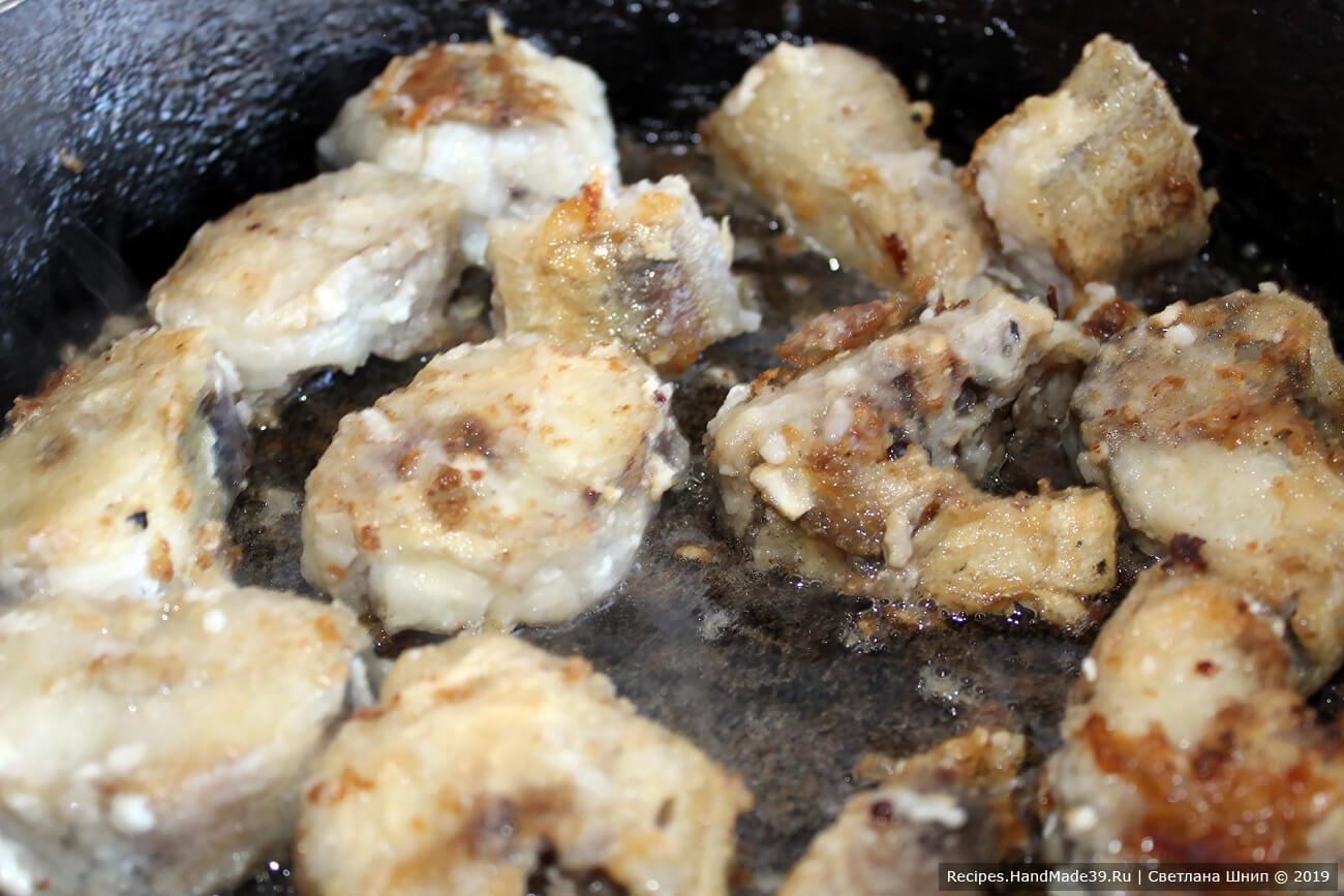 Обжарить рыбу на рафинированном растительном масле до лёгкой золотистой корочки