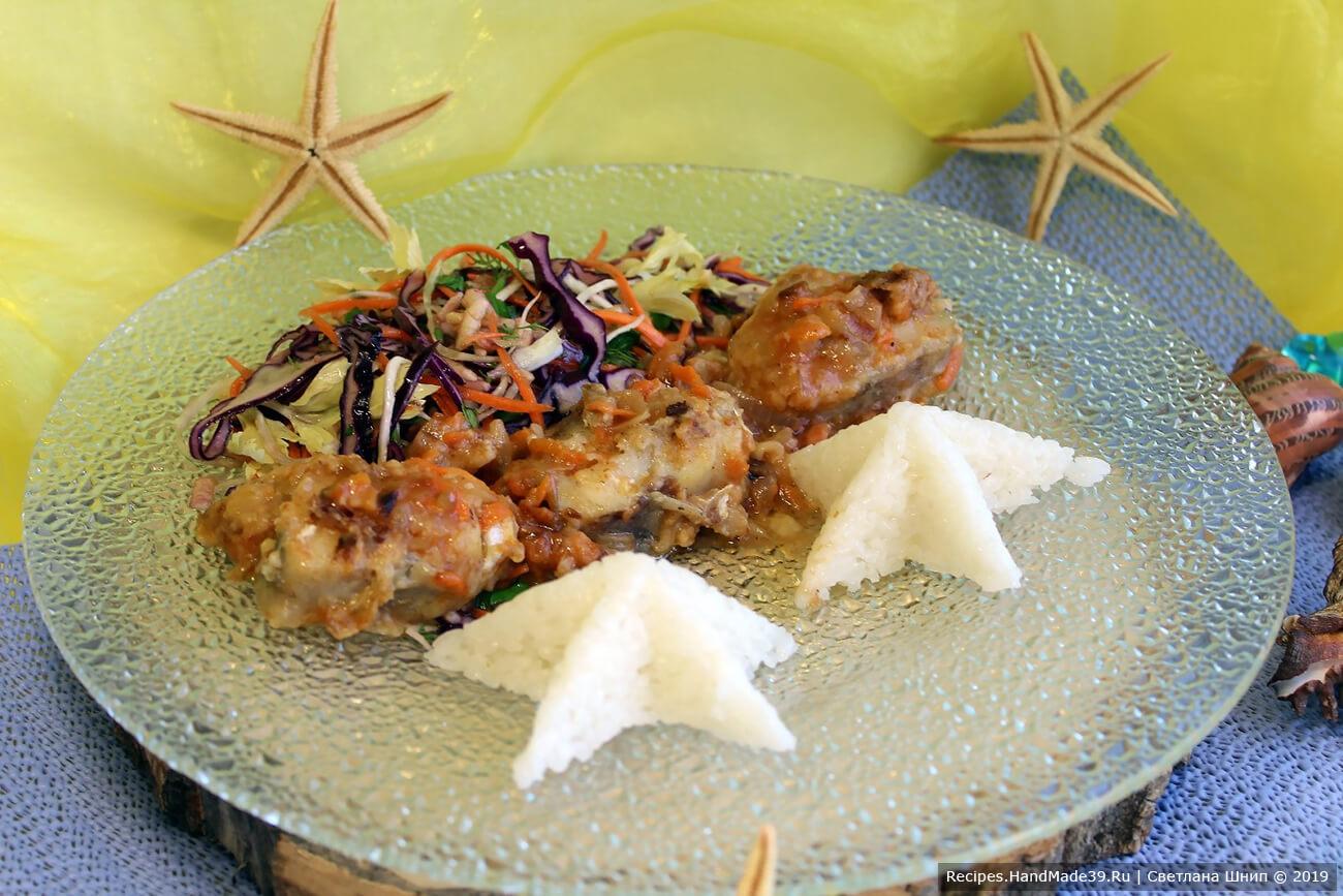 Подавать блюдо с зеленью. Тушённый с овощами минтай вкусен и в горячем, и в холодном виде. Приятного аппетита!