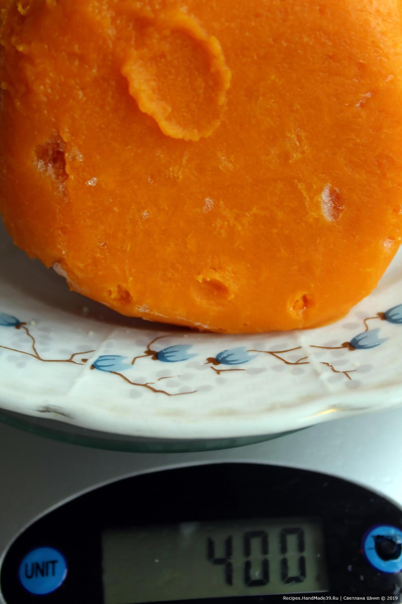 Тыкву нарезать кусками, кожуру не снимать. Противень застелить пергаментом, выложить тыкву, запекать её 15-20 минут до мягкости в духовке, разогретой до температуры 200 °C