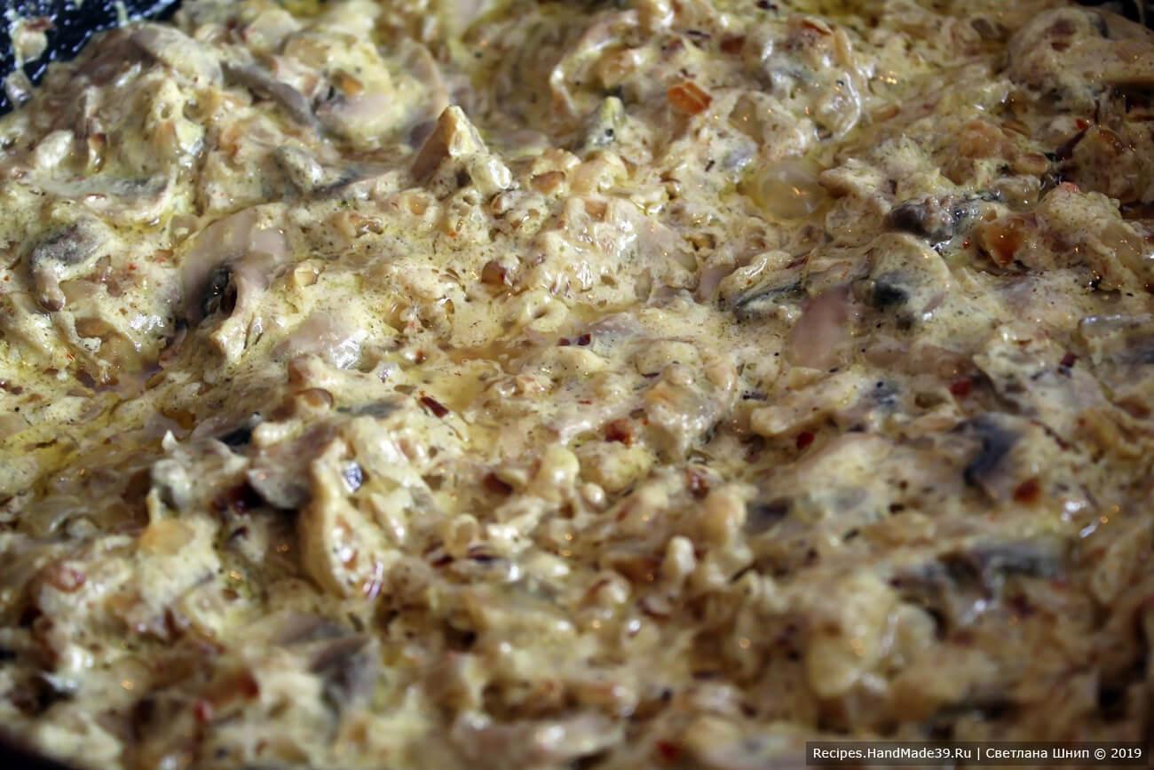 Обжарить лук до золотистого цвета, добавить грибы, ещё немного обжарить, добавить специи, соль, сметану. Оставить минимальный огонь и томить получившийся соус 5-19 минут