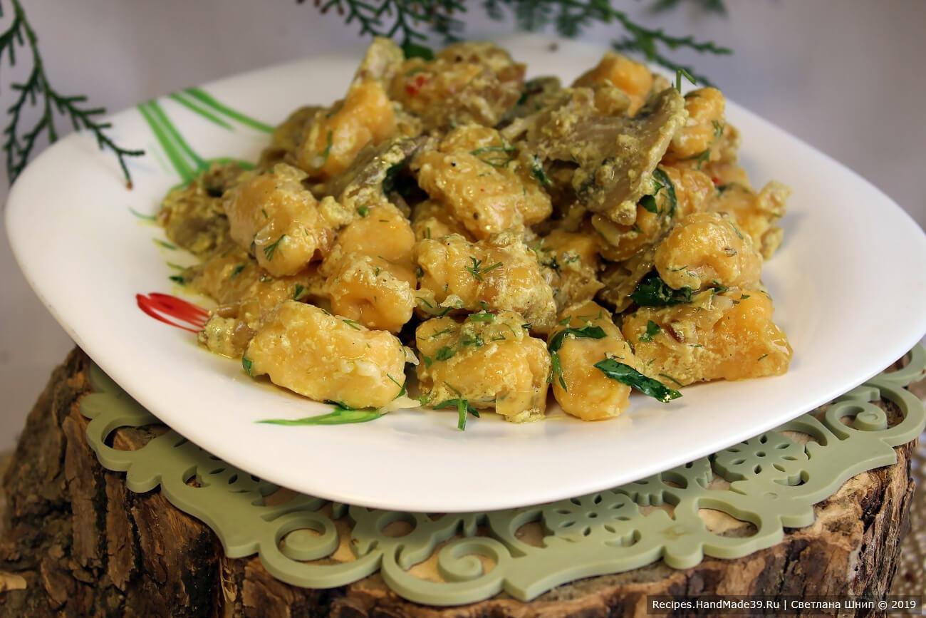 Ньокки из картофеля и тыквы подавать с растопленным сливочным маслом, тёртым сыром, зеленью и грибным соусом. Приятного аппетита!