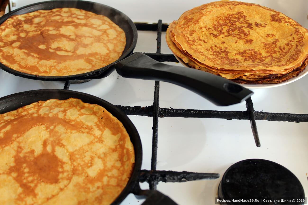 Испечь блинчики на сковороде. Для первого блина смазать сковороду маслом