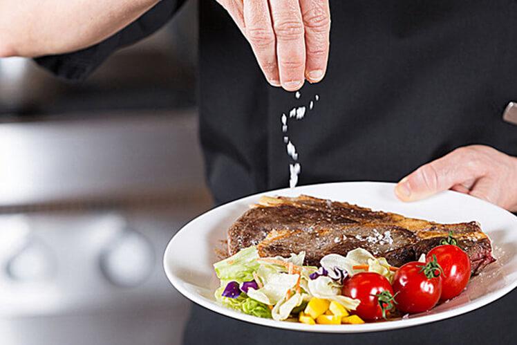 Как правильно солить еду