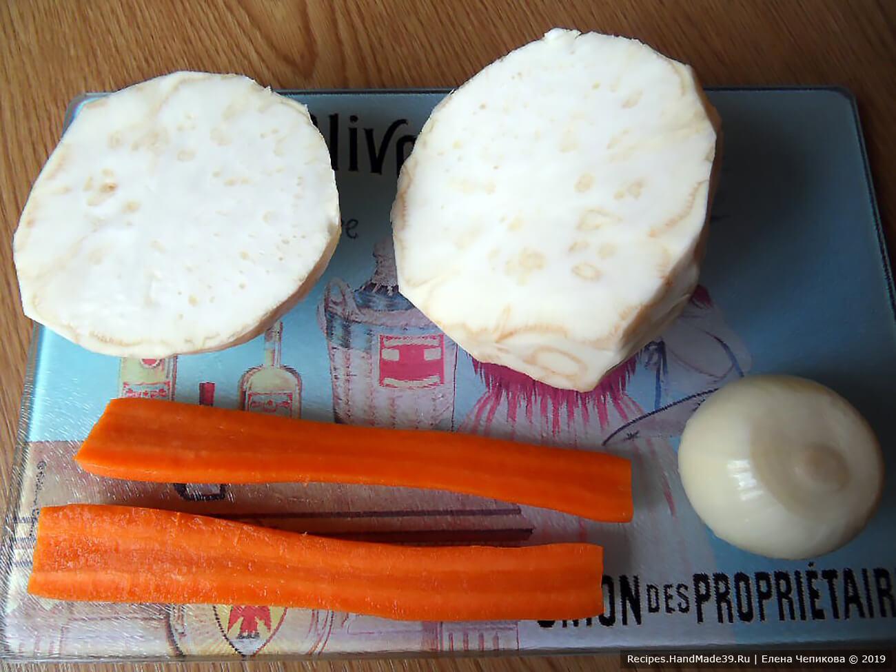 Морковь и корень сельдерея вымыть, очистить, разрезать пополам. Две луковицы очистить, разрезать пополам