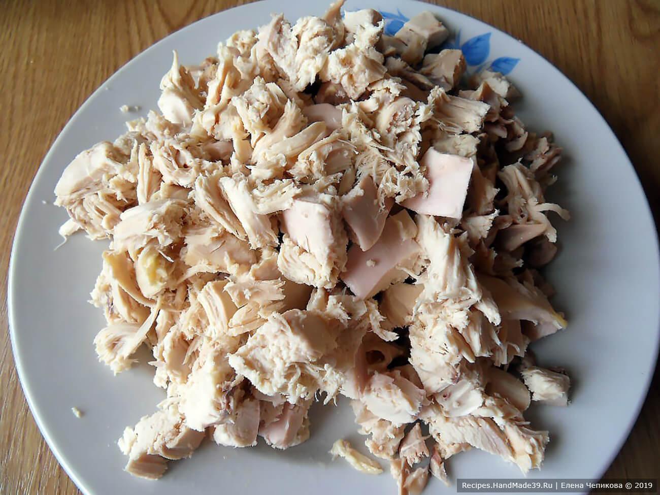 Курицу вынуть из бульона. Мясо отделить от костей, нарезать мелкими кубиками