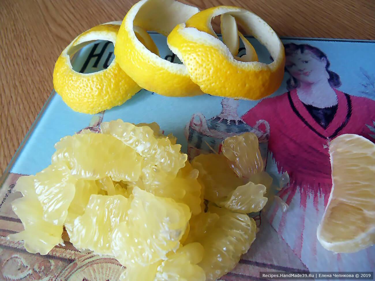 Лимон вымыть, цедру срезать. Нарезать мякоть, предварительно удалив плёнки.