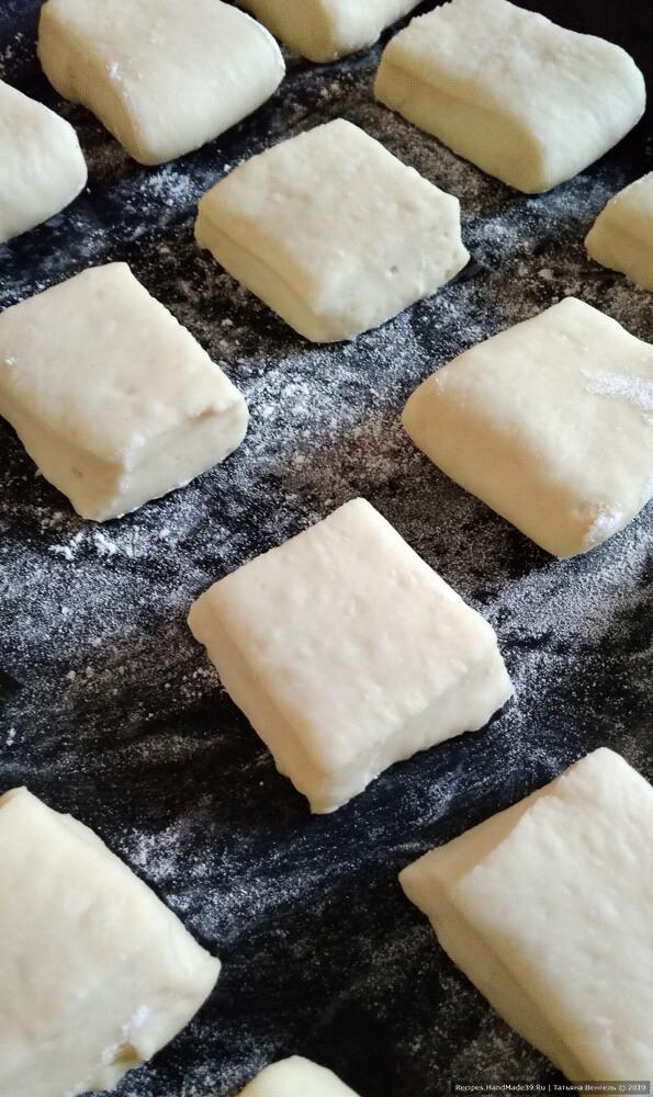Выложить булочки на противень, накрыть полотенцем и дать расстояться 30-40 минут