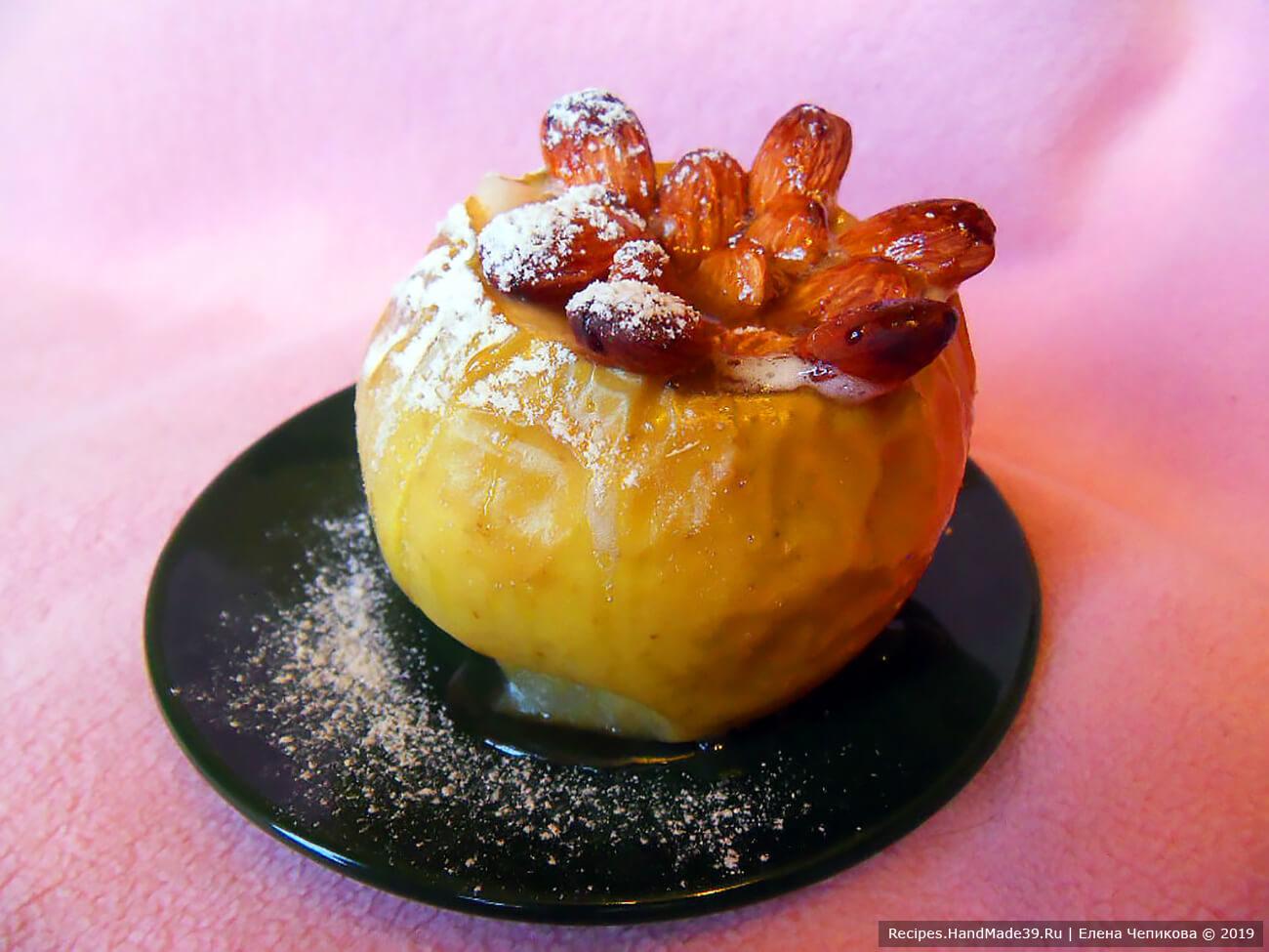Готовят дети: печёное яблоко с орехами и мёдом