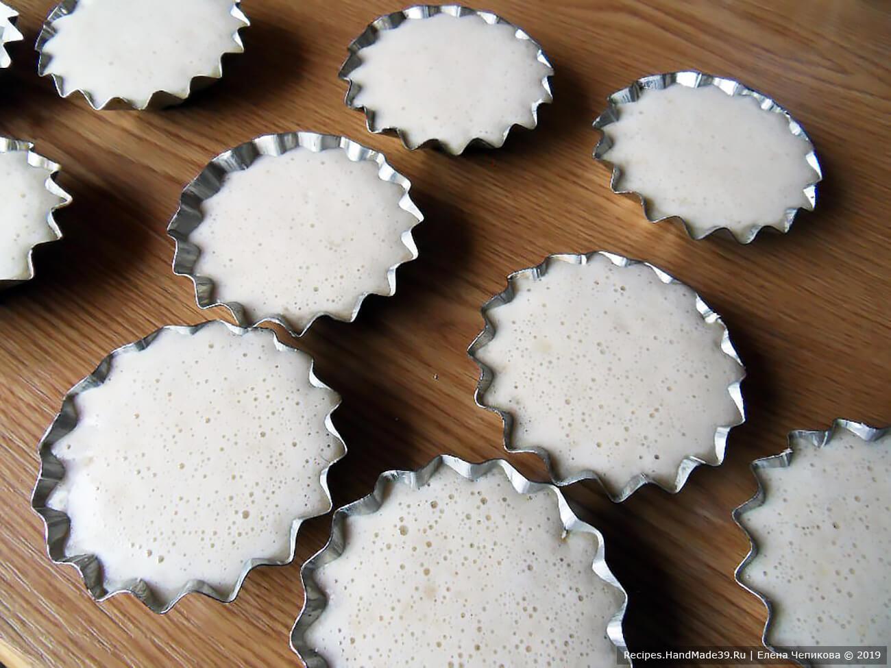 Формочки для выпечки смазать сливочным маслом. Заполнить их полученной массой