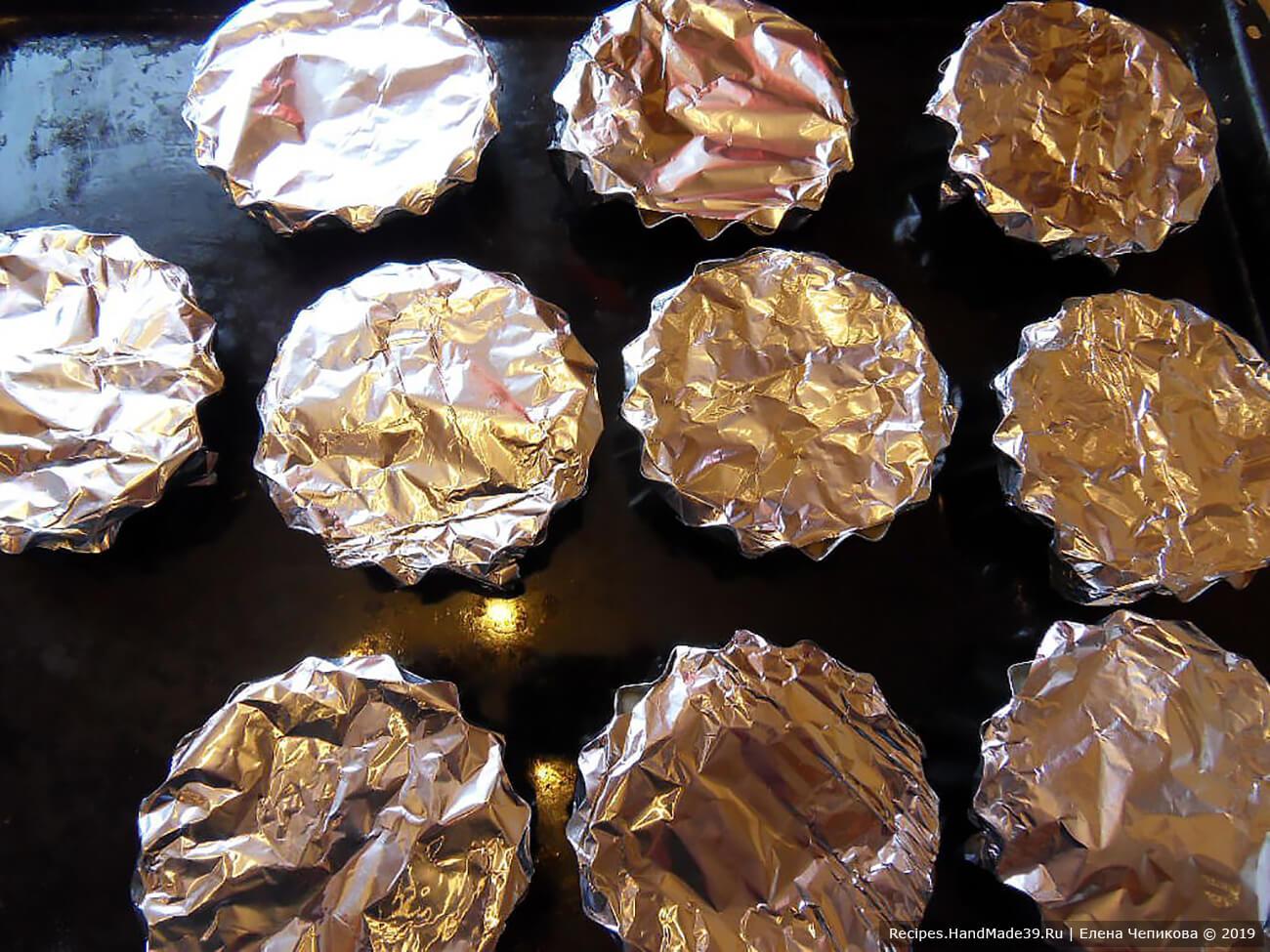 Отваривать 40 минут в пароварке. Или накрыть фольгой и запекать 25-30 минут в духовке, предварительно разогретой до температуры 180 °C