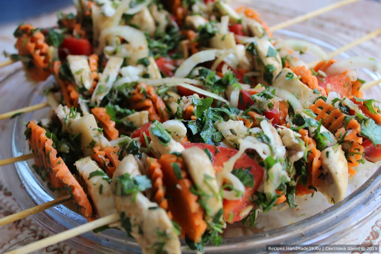 Наколоть овощи на шпажки, поджарить на сковороде-гриль, а затем довести до готовности в разогретой духовке