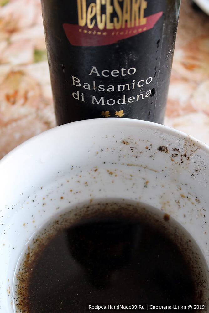 В настоянное оливковое масло добавить бальзамический уксус. Тщательно перемешать