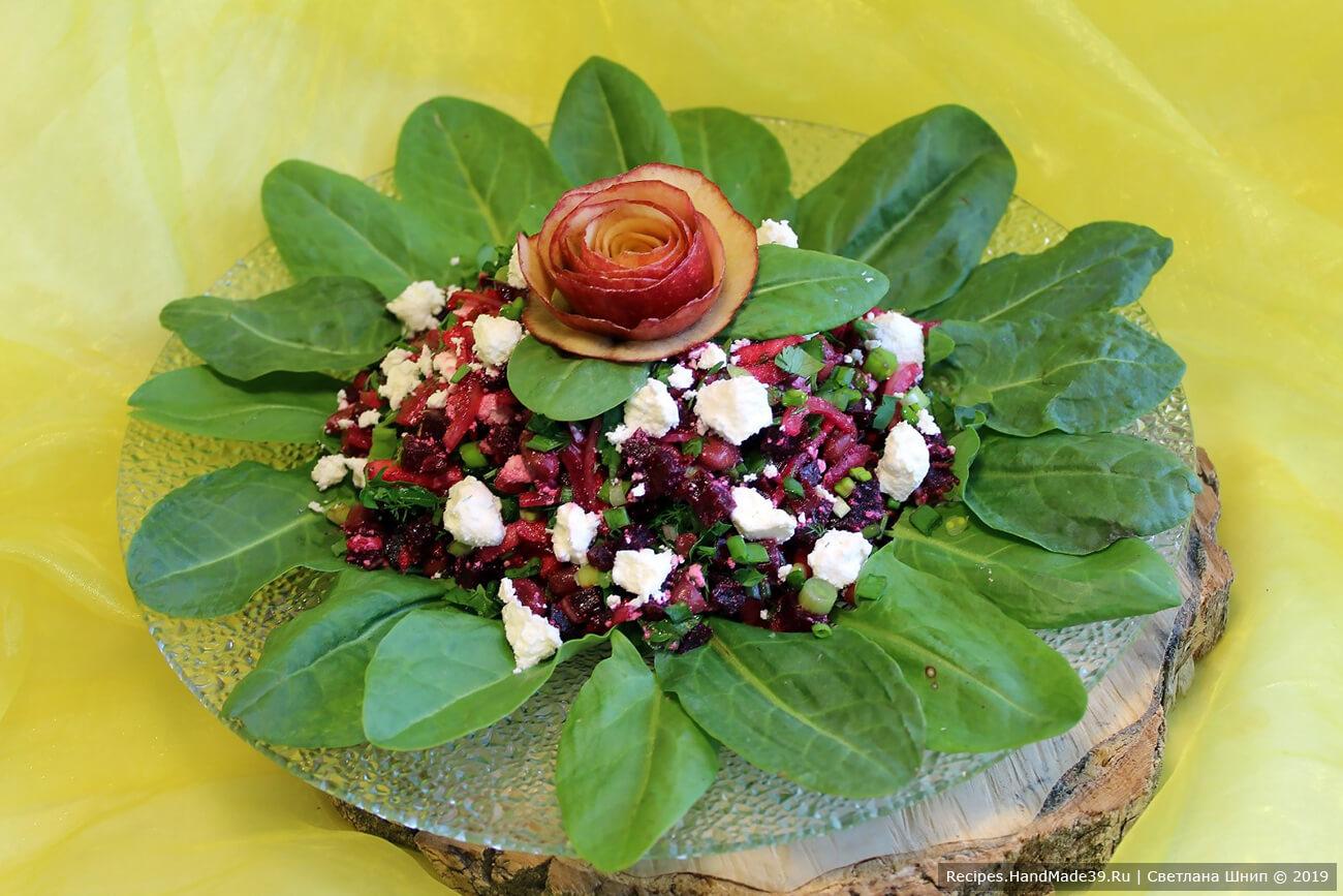 Получившийся диетический свекольный салат с фасолью, яблоком, творогом и зеленью можно оформить «розочкой» из кожуры яблока и зеленью. Приятного аппетита!