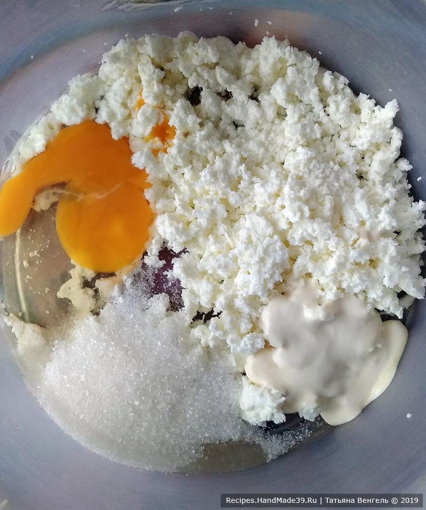 Смешать яйцо, сахар, соль, сметану, подсолнечное масло и творог