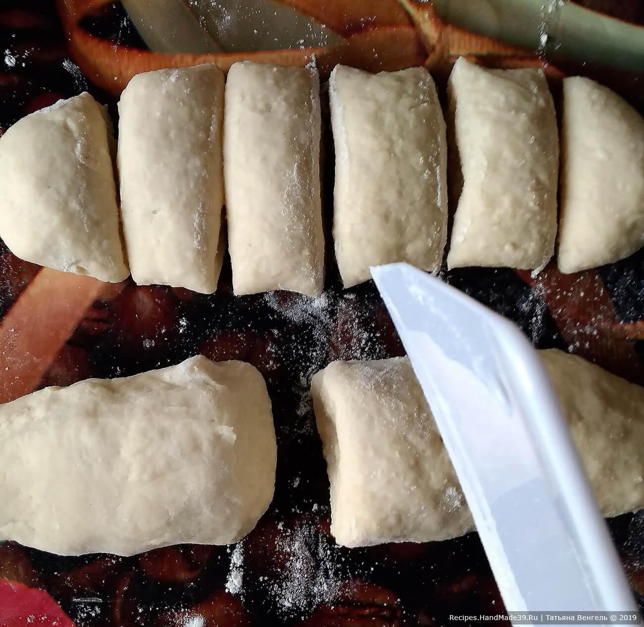 Разделить тесто на 12 частей