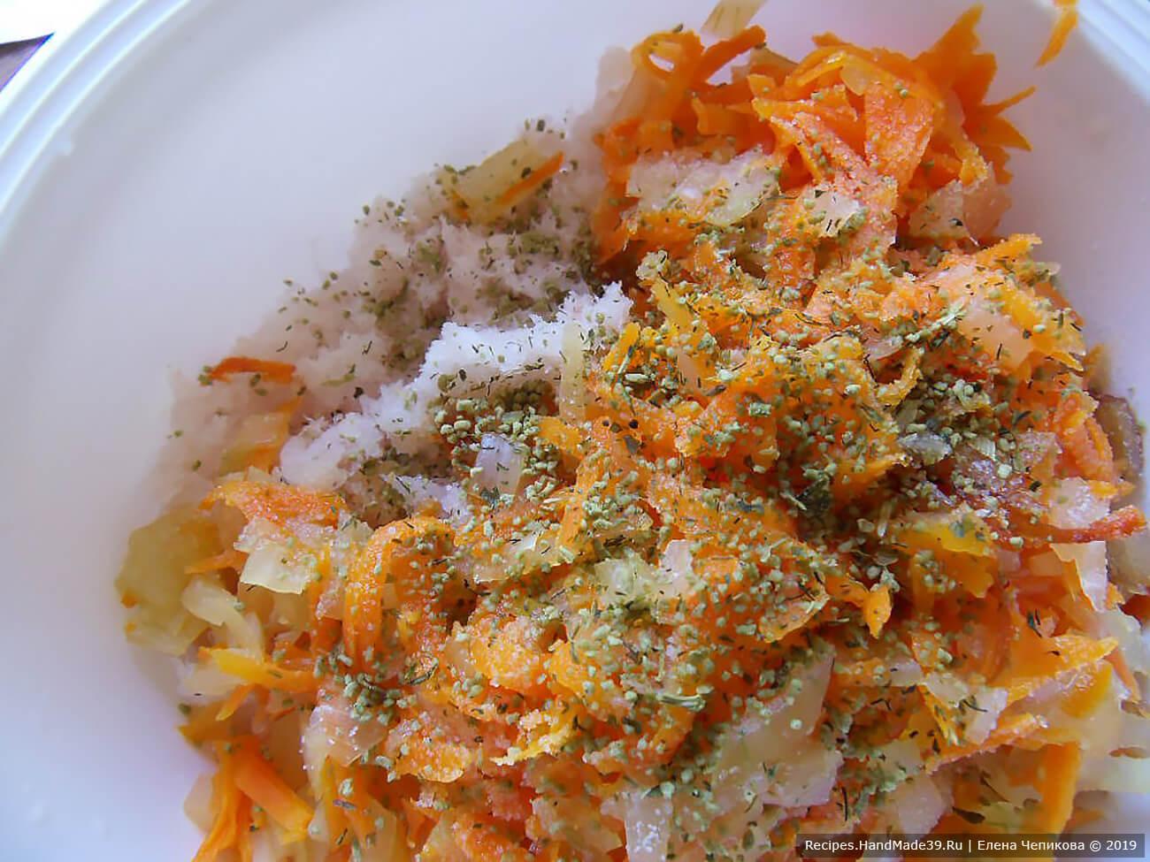 Соединить рыбный фарш, обжаренные овощи, 1 сырое яйцо, соль, специи для рыбы. Хорошо перемешать